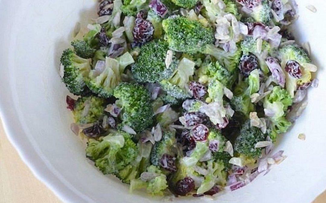 Brokolių salotos su džiovintomis spanguolėmis