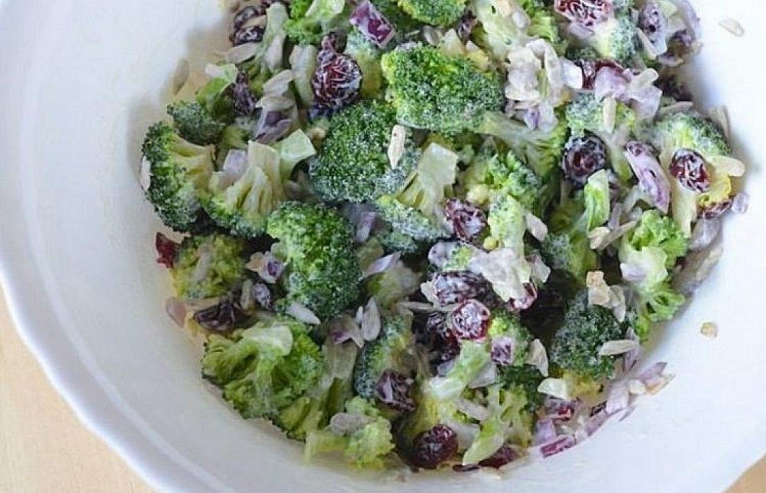 brokoliu salotos su dziovintomis spanguolemis